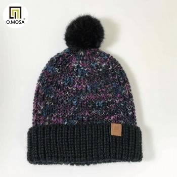 O.MOSA 秘魯羊駝毛玉米泡泡針多彩緞染絨球可機洗快乾針織帽(黑緞染桃)