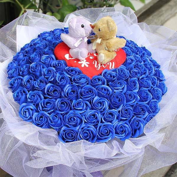 【特價花束】-《藏愛啾咪》啾咪kiss熊+99朵藍皂玫瑰花束