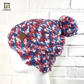 O.MOSA 羊毛多彩段染雲朵雪地絨球粗獷針織帽(紅藍白)